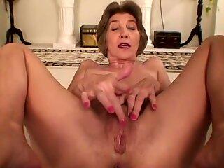 Petite grand-m&egrave_re aux petits seins adore la masturbation